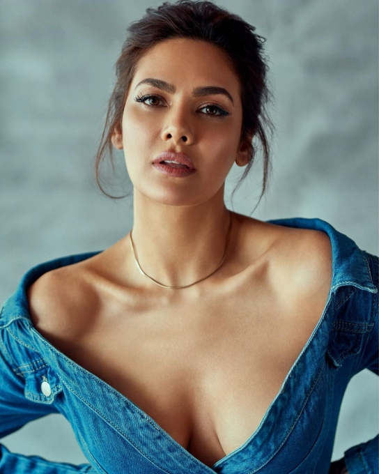 Esha Gupta Latest Photos and movie updates