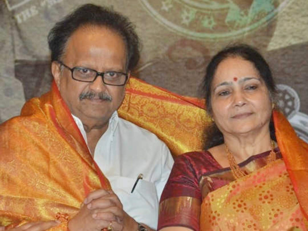 Singer Gandharva SP Balasubramaniam has been undergoing treatment with Corona at the MGM Hospital for a few days. It is learned that SP Balu celebrated his 51st wedding anniversary on Saturday (September 5, 2020) with his wife Savitri at the hospital. It is learned that the ceremony was held amidst all the precautions between the doctors and the ICU staff. According to Tamil media reports, Balu Sathimani Savitri was rushed to the hospital and the couple cut the cake in the ICU. To this extent, many posts are being made on social media. These posts have gone viral.
