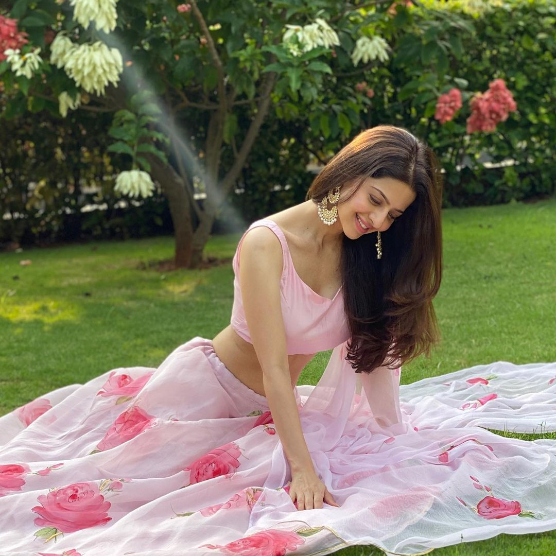 Actress Vedhika hot images and sexy photos