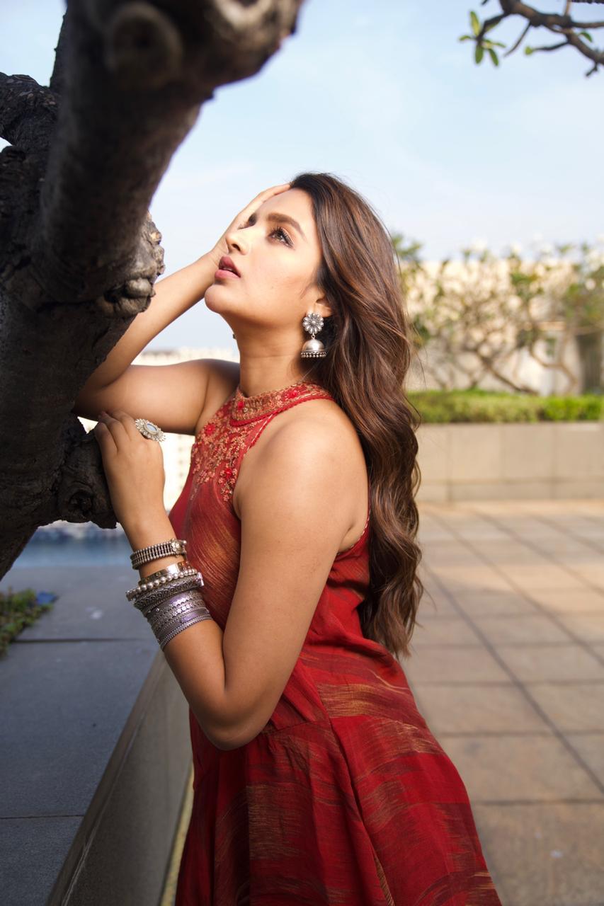 Actress Niddhi Agerwal Hot and Sexy photos