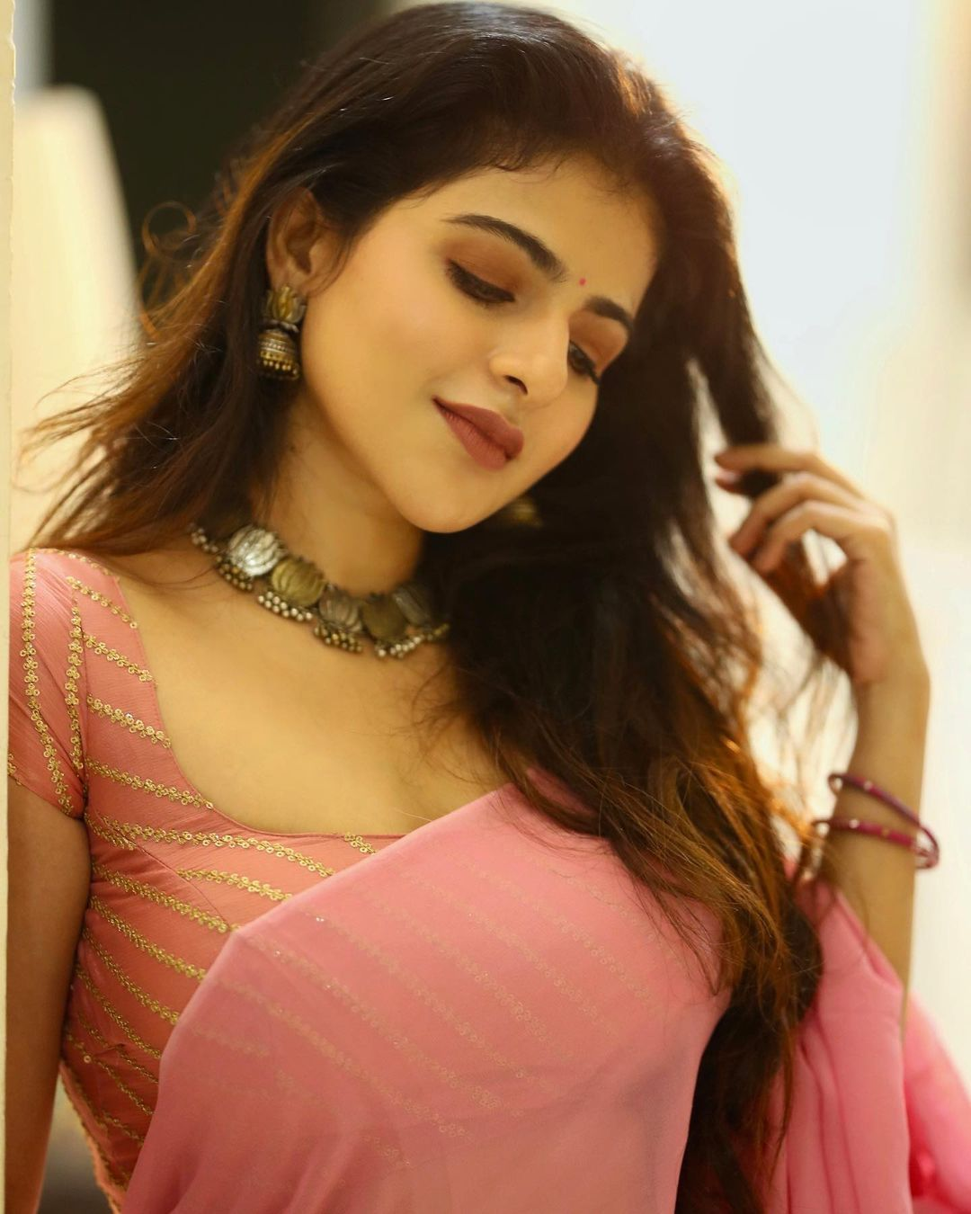 Iswarya Menon hot images and sexy saree photo shoot