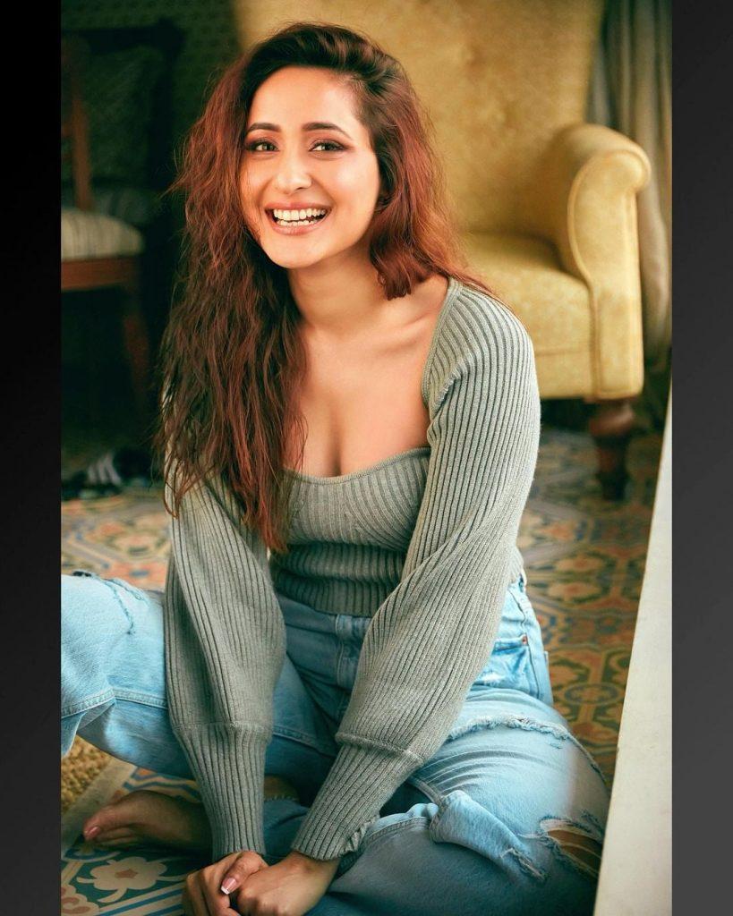 Pragya Jaiswal Navel Hot Images and sexy photos