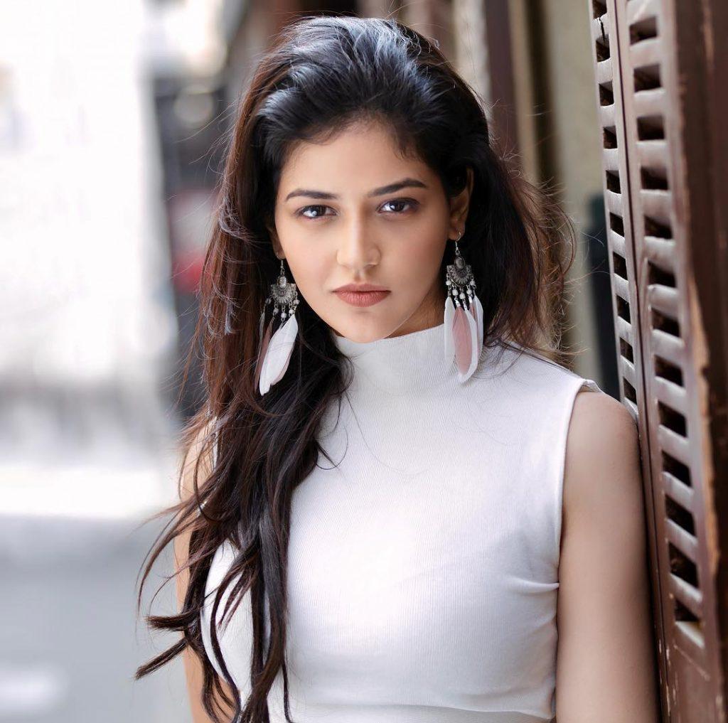 Priyanka Jawalkar Hot Photo shoot and sexy saree
