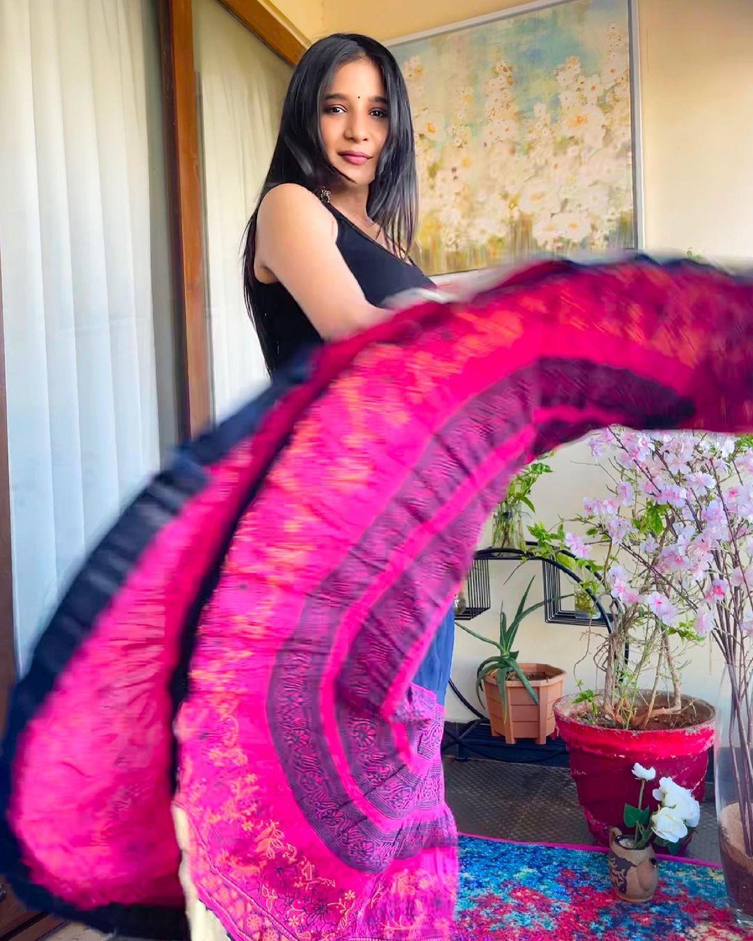 Sakshi Agarwal New saree and navel Looks