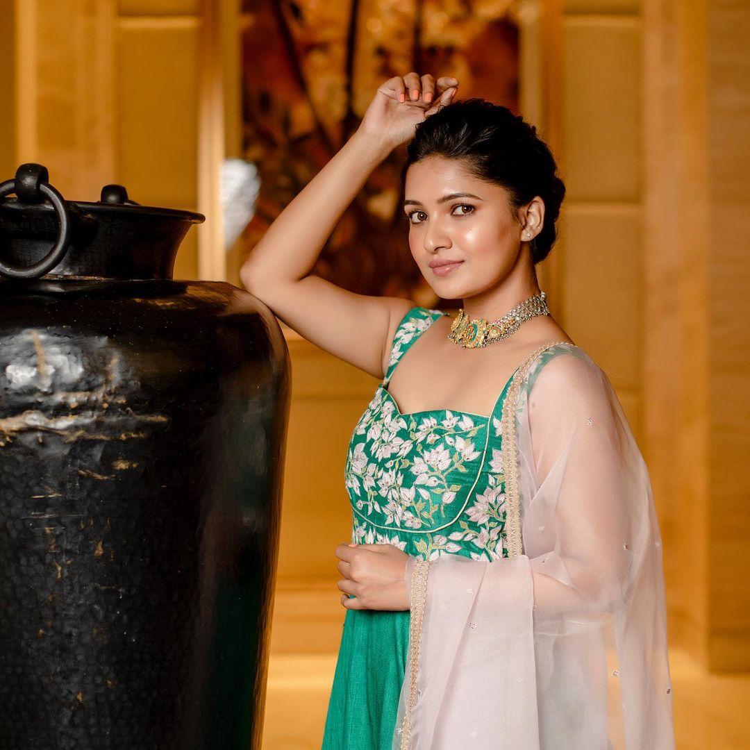 Vani Bhojan latest hot photo shoot and sexy images
