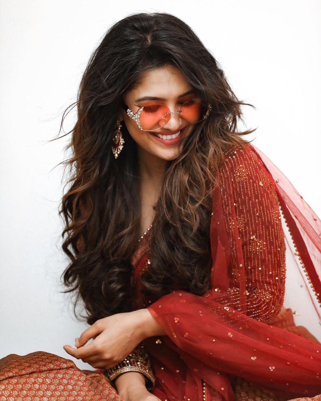 Vani Bhojan latest hot photo shoot and sexy images (2)